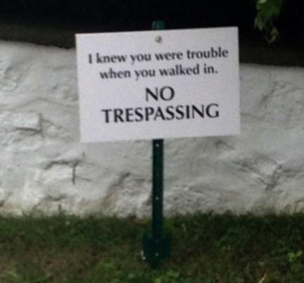 ป้ายห้ามบุกรุกที่ปักไว้รอบบ้าน Taylor Swift