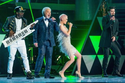 Jessie J แสดงร่วมกับ โค้ชคนอื่นๆในรายการ The Voice
