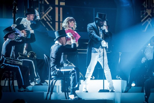 will.i.am และ Leah McFall แสดงเพลง Bang Bang ใน The Voice รอบ Final