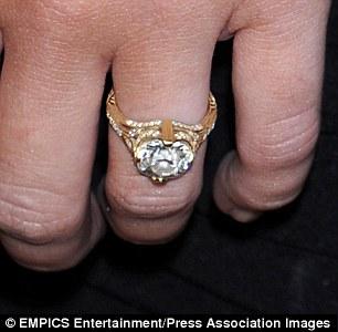 แหวนหมั้นของ Miley ที่ได้จาก Liam